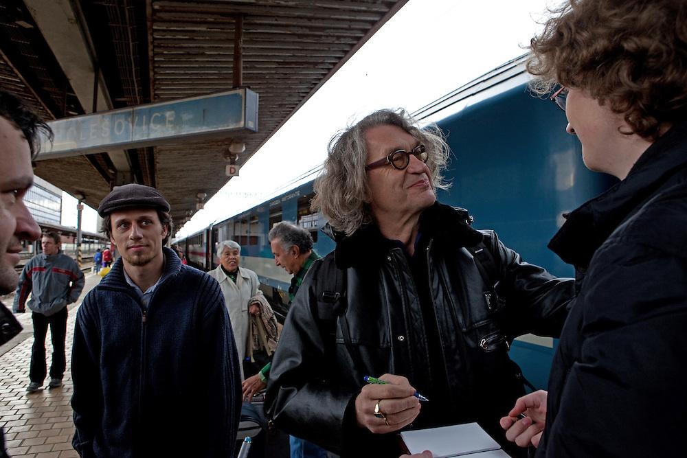 Filmregisseur Wim Wenders (&quot;Buena Vista Social Club&quot;) gibt Autogramme nach seiner Ankunft in Prag Holesovice. Wim Wenders kam mit dem Zug von Berlin nach Prag zum internationalen &quot;Febio-Festival&quot; in der tschechischen Hauptstadt. Der 63-J&auml;hrige wurde zur Er&ouml;ffnung der alternativen Veranstaltung mit einer Retrospektive geehrt. Wenders gilt als leidenschaftlicher Bahnfahrer.<br /> <br /> Film director Wim Wenders (&quot;Buena Vista Social Club&quot;)  giving autographs after arriving at the railwaystation Prague Holesovice heading to the international &quot;Febio-Festival&quot;. For the opening of the alternative festival 63 years old Wenders was honoured with a retrospective of his films.