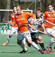 BLOEMENDAAL - HOCKEY - Teun de Nooijer van Bloemendaal met Steve Edwards (r) tijdens de play offs hoofdklasse hockeywedstrijd tussen de mannen van Bloemendaal en Rotterdam (1-4) . Rotterdam door naar de finale. FOTO KOEN SUYK