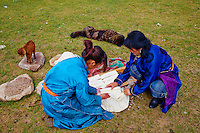 Mongolie, province de Bayankhongor, campement nomade, decoupe du fromage frais pour le faire secher // Mongolia, Bayankhongor province, nomad camp, women cut fresh cheese for dry