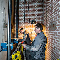 Nederland, Amsterdam, 12 januari 2017.<br /> Een nieuwe lift wordt gebouwd in een appartementencomplex  in een pand aan Mariendal in Amsterdam Noord.<br /> <br /> Foto: Jean-Pierre Jans