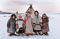 Nenzen Kinder vor dem Chum, Polarural, Russland