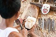 Dintorni di Ubud Bali 2015 - Allievo locale del maestro mascheraio, Pak Ida Bagus Alit, a lavoro. I piedi aiutano attivamente la presa del legno da cui nascerà la maschera: gli strumenti variano di dimensione a seconda della fase di lavorazione.