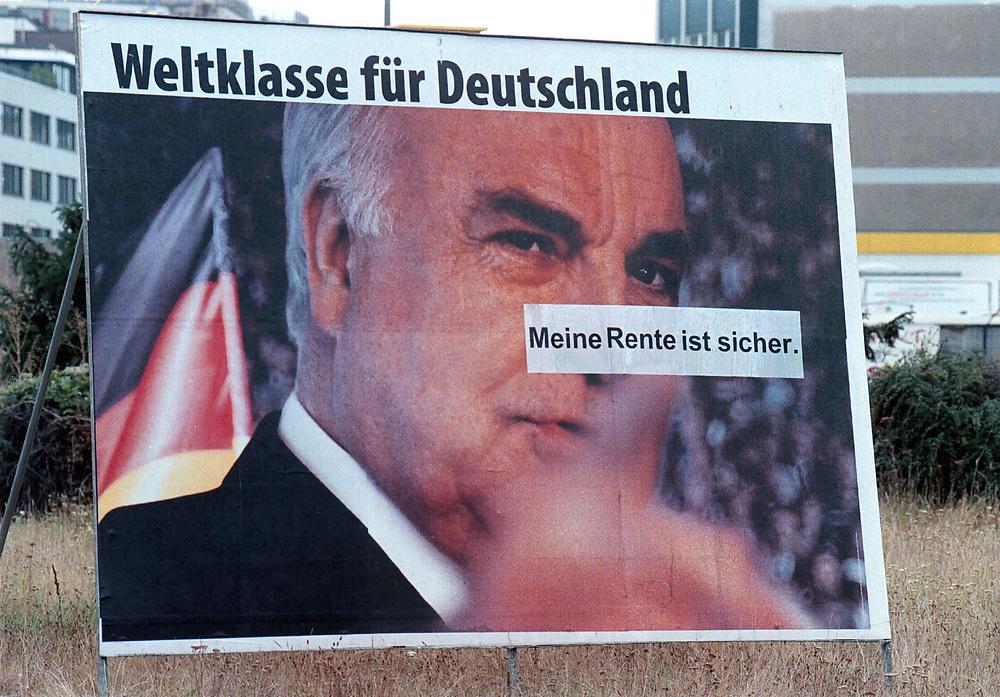 &copy;  christian  JUNGEBLODT.<br />WAHL 1998 - Wahlkampf<br />CDU - Dr. Helmut Kohl , Bundeskanzler<br />auf Plakat in Berlin Kreuzberg<br />Berlin 29.08.1998
