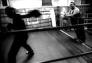 Roma Giugno 2004.Palesta Boxe Trastevere a Piazza Ippolito Nievo  .Un pugile si allena osservato dal maestro