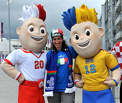 14.06.2012, Staedtisches Stadion, Posen, POL, UEFA EURO 2012, Italien vs Kroatien, Gruppe C, im Bild tifosa italiana con le due mascot dell europeo (Italia) // during the UEFA Euro 2012 Group C Match between Italy and Croatia at the Municipal Stadium Poznan, Poland on 2012/06/14. EXPA Pictures © 2012, PhotoCredit: EXPA/ Insidefoto/ Alessandro Sabattini..***** ATTENTION - for AUT, SLO, CRO, SRB, SUI and SWE only *****