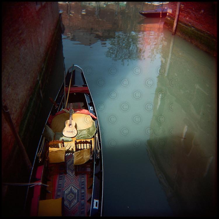 Italie. Venise. San Polo..Une gondole libre dans un canal..© Jean-Patrick Di Silvestro