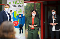 DEU, Deutschland, Germany, Eberswalde, 11.06.2020: Annalena Baerbock, Bundesvorsitzende von BÜNDNIS 90/DIE GRÜNEN, beim Besuch des Schulranzenherstellers Thorka (McNeill), der in der Corona-Krise auch Mund-Nase-Schutzmasken produziert. Hier mit Claudia Krause, Geschäftsführerin McNeill, und Klaus Götsch, Geschäftsführer McNeill. Baerbock führte Gespräche mit der Geschäftsführung über die Produktion und die Herausforderungen der Herstellung von medizinischen FFP-Masken.