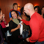 NLD/Baarn/20051229 - Persconferentie finalisten Idols 2005, zwangere Charissa word gefeliciteerd