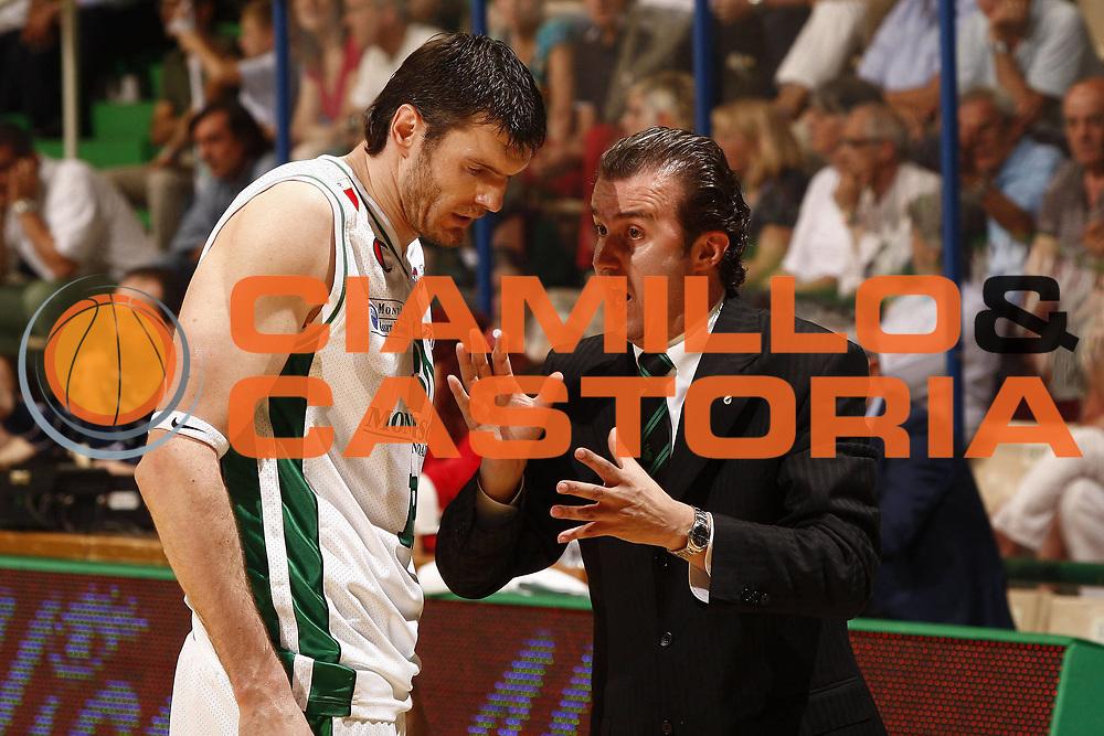 DESCRIZIONE : Siena Lega A 2008-09 Playoff Quarti di finale Gara 3 Montepaschi Siena Scavolini Spar Pesaro <br /> GIOCATORE : Simone Pianigiani Ksistof Lavrinovic<br /> SQUADRA : Montepaschi Siena<br /> EVENTO : Campionato Lega A 2008-2009 <br /> GARA : Montepaschi Siena Scavolini Spar Pesaro<br /> DATA : 23/05/2009<br /> CATEGORIA : ritratto<br /> SPORT : Pallacanestro <br /> AUTORE : Agenzia Ciamillo-Castoria/P.Lazzeroni