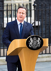 © Licensed to London News Pictures. 24/06/2016. London, UK. Prime Minister David Cameron speaks outside 10 Downing Street alongside wife Samantha Cameron, making a statement on the result of the EU Referendum and annoucing his resignation. The British public voted to leave the EU in the early hours of this morning. Photo credit : Tom Nicholson/LNP