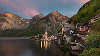 Hallstatt im Salzkammergut am Hallstätter See. Zusammen mit dem Dachstein und dem Inneren Salzkammergut gehört es zur UNESCO-Welterbestätte Hallstatt.