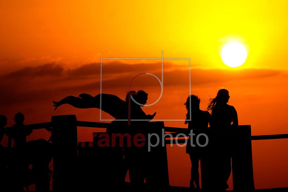 Surf noturno na praia do farol em Mosqueiro a terceira étapa do circuito Paraense e seletiva para o Brasileiro de surf em água doce que acontecer no més de outubro - (16/09)  foto - Raimundo Paccó/FramePhoto