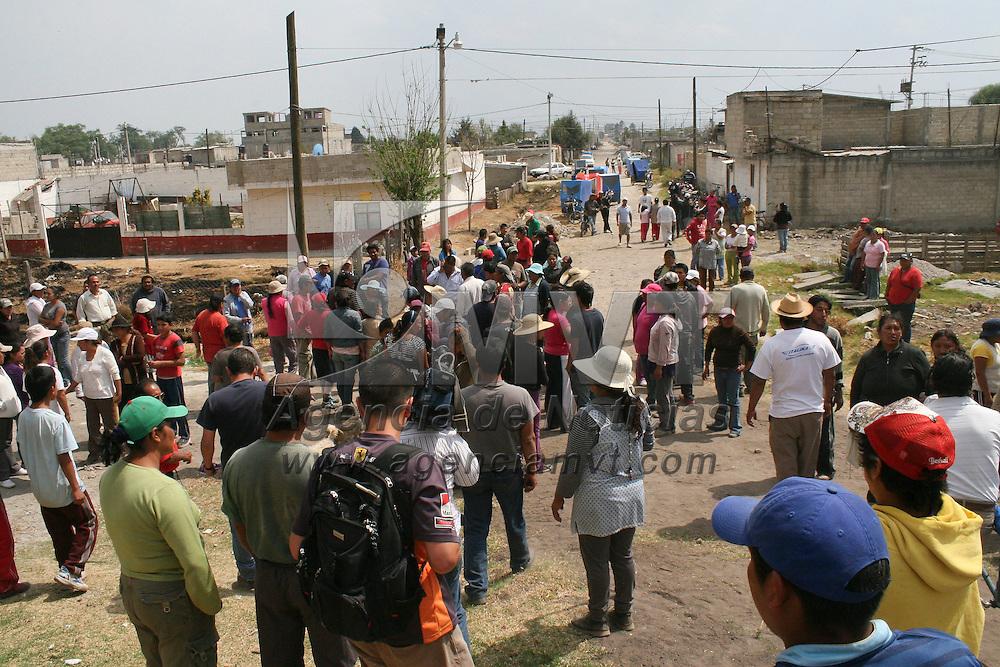 Toluca, México.- Después de haberse registrado un violento encuentro entre vecinos de El Bordo de las Canastas en el municipio de Toluca  y una familia de la zona, debido a los constantes robos y extorsiones por parte de estos,  se dejo un saldo de varios heridos y dos vehículos quemados.  Agencia MVT / José Hernández