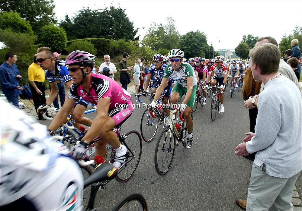 Luxembourg, 7.07.02.  Tour de France.   Christophe Moreau, veltet slik at Thor Hushovd måtte hjelpe han opp i hovedfeltet igjen...Foto: Daniel Sannum Lauten/Dagbladet *** Local Caption *** Hushovd,Thor