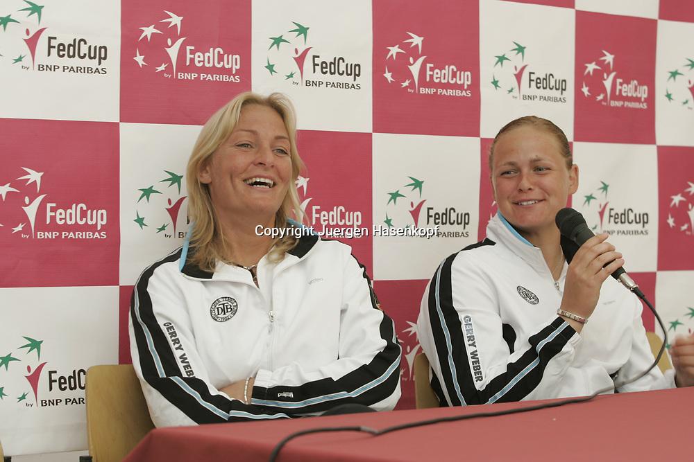 Fed Cup Germany - Croatia , ITF Damen Tennis Turnier in Fuerth, Wettbewerb der Mannschaft von Deutschland gegen Kroatien. Anna-Lena Groenefeld(GER) und Kapitaen Barbara Rittner, Pressekonferenz,<br /> Foto: Juergen Hasenkopf<br /> B a n k v e r b.  S S P K  M u e n ch e n, <br /> BLZ. 70150000, Kto. 10-210359,<br /> +++ Veroeffentlichung nur gegen Honorar nach MFM,<br /> Namensnennung und Belegexemplar. Inhaltsveraendernde Manipulation des Fotos nur nach ausdruecklicher Genehmigung durch den Fotografen.<br /> Persoenlichkeitsrechte oder Model Release Vertraege der abgebildeten Personen sind nicht vorhanden.
