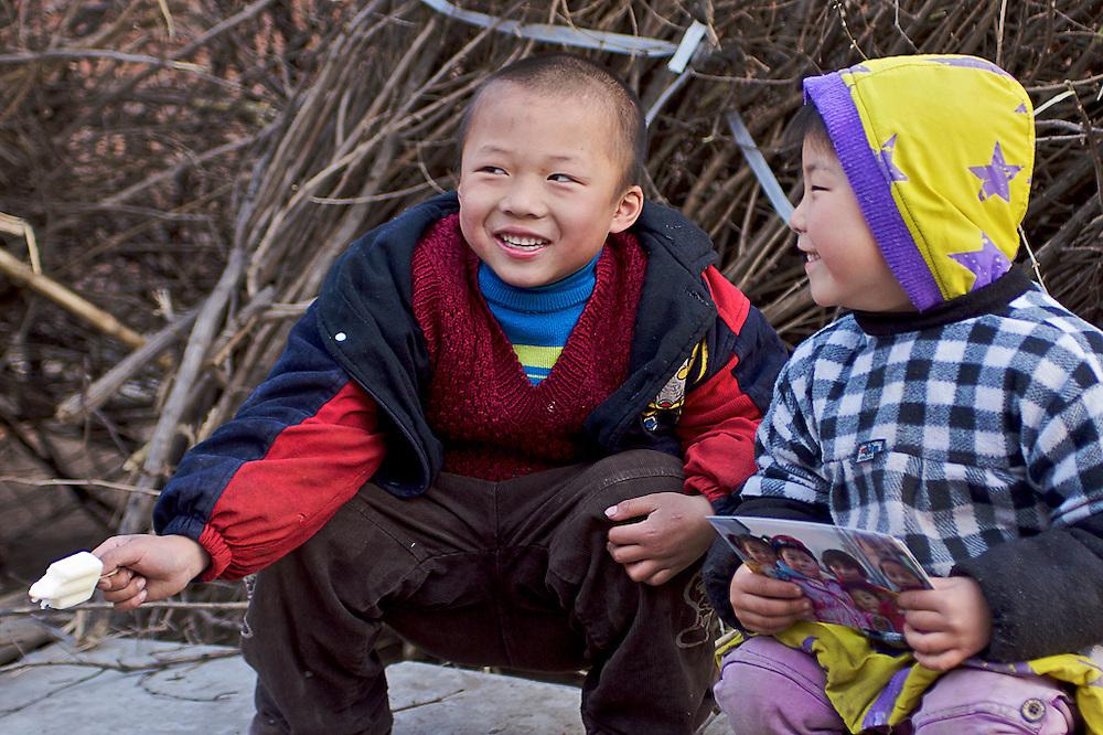 A child in Langfang, holding the picture I have taken a day earlier with it's friends.<br /> <br /> Ein Kind in Langfang China das ein ausgedrucktes Bild h&auml;lt das ich am Tag vorher von Ihm und seinen Freunden gamacht hab.