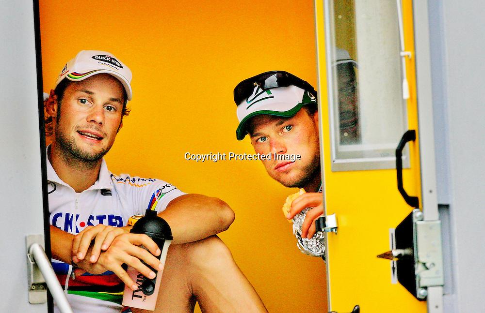 Vitre, 20060607. Thor Hushovd sammen med Tor- de France-leder Tom Boonen, mens de venter på å avlegge dopingprøve.....Foto: Daniel Sannum Lauten/ Dagbladet *** Local Caption *** Hushovd,Thor..Boonen,Tom