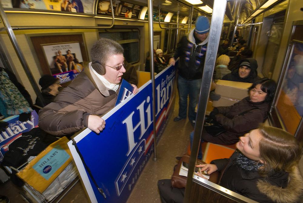 New York  Manhattan Helfer der Hillary Clinton Kampagne transportieren Werbeschild in der U-Bahn..Fotos © Stefan Falke. Clinton / Obama Kandidatenwahl der Demokraten in den USA.New York Primary 2008