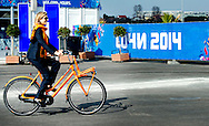 SOTSJI - Koning Willem-Alexander, chef de mission Maurits Hendriks en koningin Maxima fietsen het olympisch dorp uit tijdens de Olympische Winterspelen in Sotsji. Het koninklijk paar had een ontmoeting met de Nederlandse sporters in het dorp.