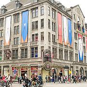 Amsterdam, 25-04-2013. Ter voorbereiding op de abdicatie/inhuldiging op 30 april zijn verschillende gebouwen, ondernemingen versiert. Wassen beelden museum Madame Tussaud heeft het gebouw versiert met koninklijke vlaggen.