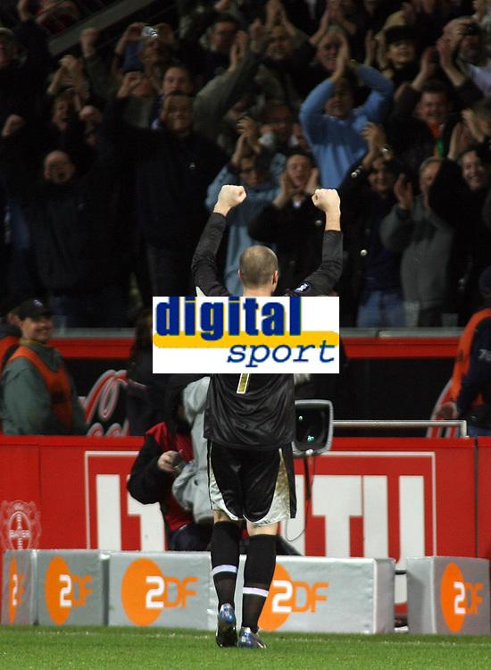 Photo: Paul Thomas.<br /> Bayer Leverkusen v Tottenham Hotspur. UEFA Cup. 23/11/2006.<br /> <br /> Spurs' hero goal keeper thanks the travelling fans.