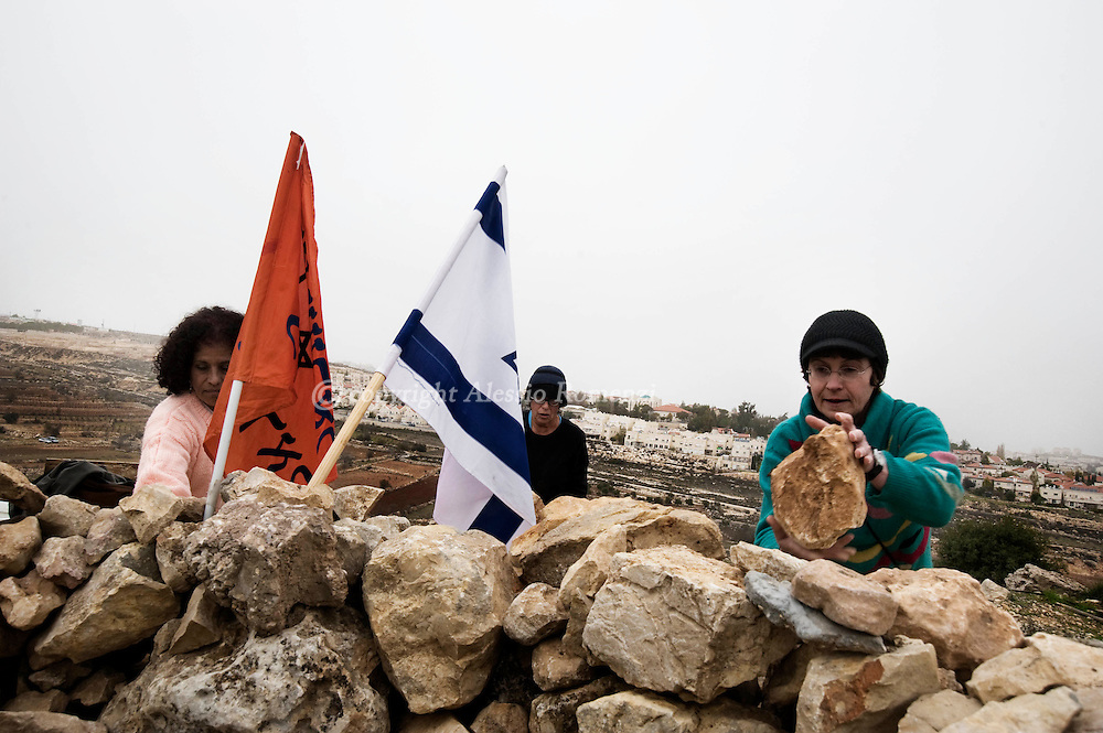 Israeli settlers rebuild the destroyed illegal West Bank outpost of Alon Shvut on December 16, 2009. Israeli Prime Minister Benjamin Netanyahu last month announced a 10-month construction freeze in Jewish settlements in the occupied West Bank in the hope it would help kick-start peace talks suspended nearly a year ago. Israel and the Palestinians could clinch a peace deal within six months if the Jewish state halted all settlement growth, Palestinian president Mahmud Abbas said in an interview..© ALESSIO ROMENZI