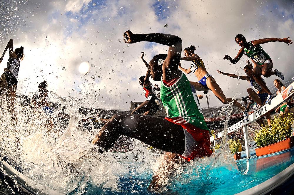 Atletas saltan el foso durante la final de los 3000 metros obstaculos femeninos en el quinto día de los 14º IAAF Mundiales Junior de Atletismo en el Estadio Olímpico Lluis Companys de Barcelona, España el 14 de Julio del 2012.
