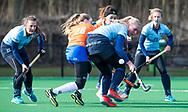 BLOEMENDAAL - Bente Pieters (Nijm.)  in duel met Michelle van der Drift (Bldaal) hoofdklasse competitie dames, Bloemendaal-Nijmegen (1-1) COPYRIGHT KOEN SUYK