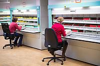DEU, Deutschland, Germany, Berlin, 15.01.2020: Zwei Mitarbeiterinnen der Stasiunterlagenbehörde bei der Arbeit mit Akten der DDR-Staatssicherheit (Stasi)  im Stasi-Unterlagen-Archiv in der Normannenstraße .