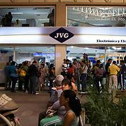 Colas de compradores de electrodomesticos por el aumento del dolar preferencial, Centro Comercial Buenaventura, Guarenas, Estado Miaranda 13-01-2010. <br /> Photography by Aaron Sosa