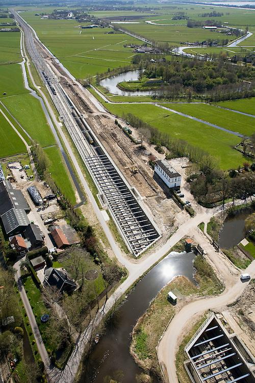 Nederland, Noord-Holland, Abcoude, 16-04-2008; aquaduct voor de spoorlijn Amsterdam-Utrecht onder het riviertje het Gein; het vrijstaande witte gebouw is het voormalige station; de spoorlijn is verdubbeld; in beeld de Zuidelijke toerit met twee treinen; spoorverdubbeling, spoorbaan, officiele naam voor het bouwwerk het Rien Nouwen Aquaduct..luchtfoto (toeslag); aerial photo (additional fee required); .foto Siebe Swart / photo Siebe Swart.