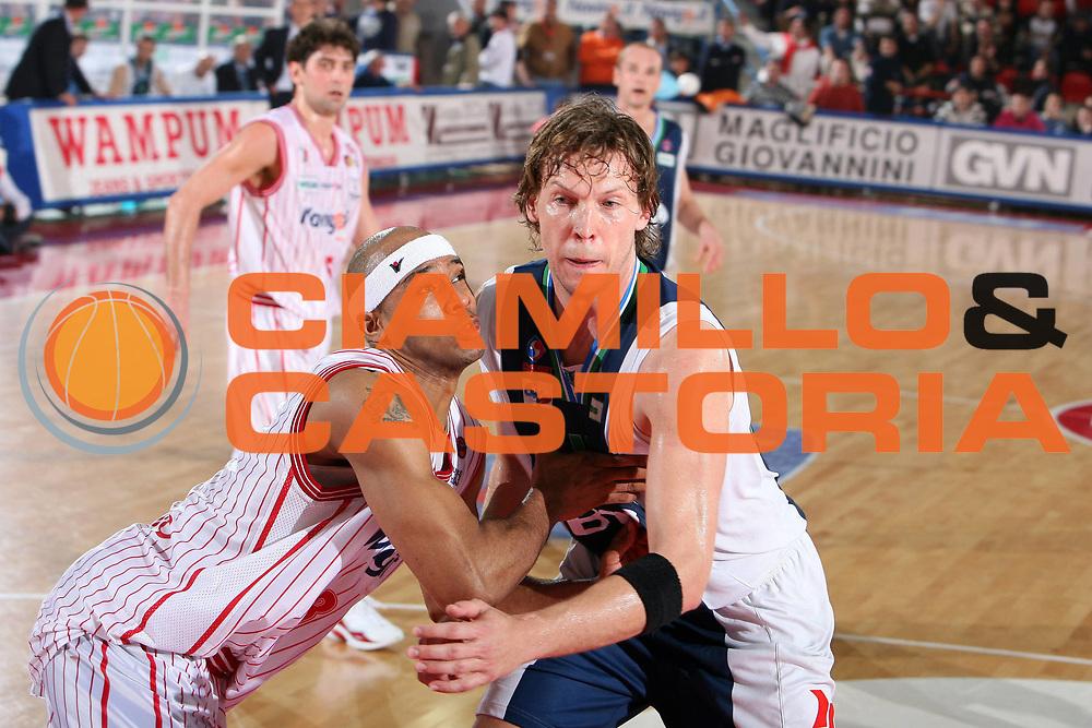 DESCRIZIONE : Teramo Lega A1 2005-06 Navigo.it Teramo BT Roseto<br /> GIOCATORE : Holland Casoli<br /> SQUADRA : Navigo.it Teramo BT Roseto<br /> EVENTO : Campionato Lega A1 2005-2006 <br /> GARA : Navigo.it Teramo BT Roseto<br /> DATA : 15/04/2006 <br /> CATEGORIA : Rimbalzo Difesa<br /> SPORT : Pallacanestro <br /> AUTORE : Agenzia Ciamillo-Castoria/E.Castoria<br /> Galleria : Lega Basket A1 2005-2006<br /> Fotonotizia : Teramo Lega A1 2005-06 Navigo.it Teramo BT Roseto<br /> Predefinita :