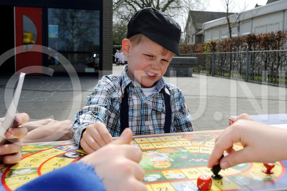 DEDEMSVAART - 100 jaar Basisschool de Lange Wieken.Foto: leerlingen kwamen in Ot en Sien leding naar school en speelden spellen op het schoolplein..FFU PRESS AGENCY COPYRIGHT FRANK UIJLENBROEK.