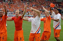 16-06-2006 VOETBAL: FIFA WORLD CUP: NEDERLAND - IVOORKUST: STUTTGART <br /> Oranje won in Stuttgart ook de tweede groepswedstrijd. Nederland versloeg Ivoorkust met 2-1 / Nederland viert zijn overwinning mat Landzaat, Robben, Kuyt, de Cler en Maduro<br /> ©2006-WWW.FOTOHOOGENDOORN.NL