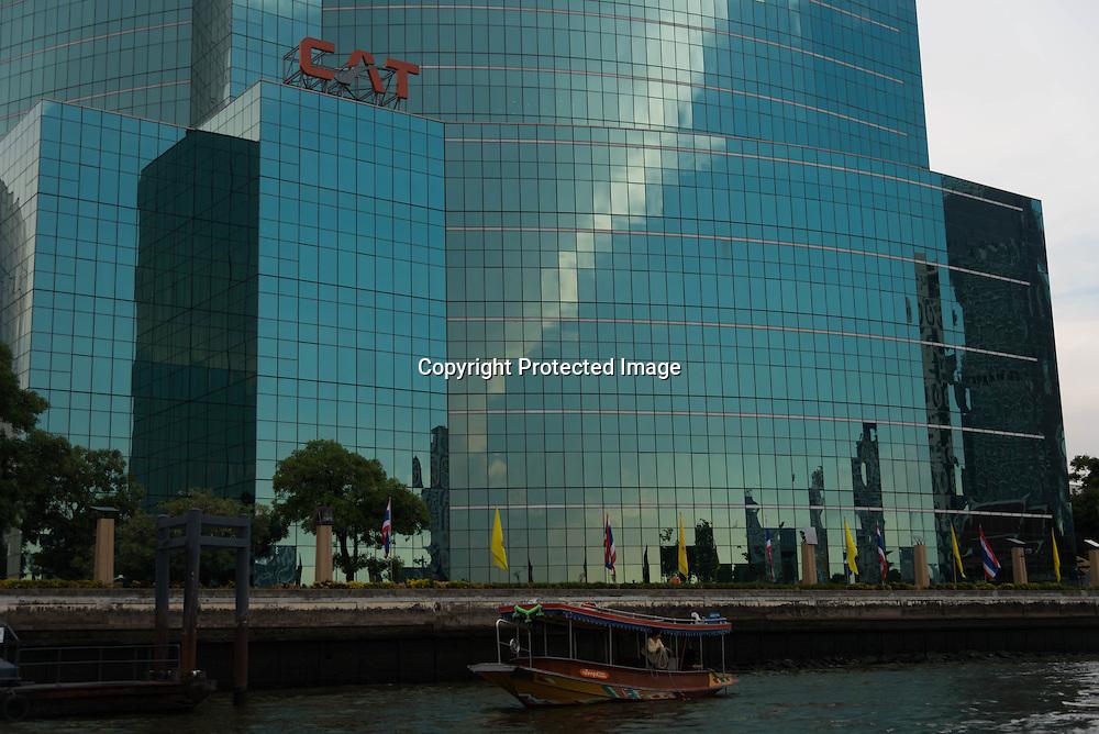 Thailand. Bangkok. Commercial center in a mirror tower / centre commercial dans une tour miroir