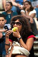 Roma 6 Ottobre 2012.Sabato pomeriggio  sulla scalinata di Trinita dei Monti molte persone consumavano panini e gelati malgrado l'ordinanza del sindaco Gianni Alemanno che vieta il  bivacco e il consumo di panini o bevande. Ragazza mangia una mela e controlla Iphone