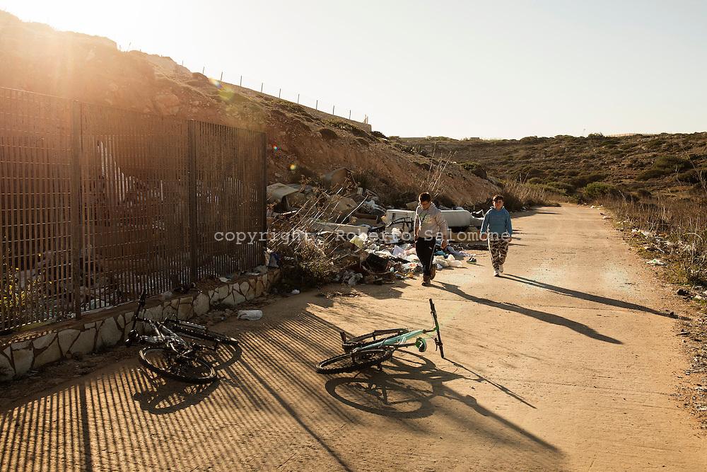Lampedusa, Italia - Bambini giocano vicino una discarica abusiva sull'isola di Lampedusa.<br /> Ph. Roberto Salomone