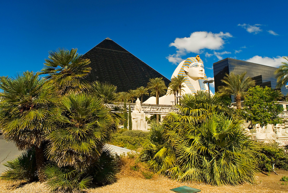 USA, Nevada, Las Vegas, Nachahmung alter  ägyptischer Kultur. Eingang zum Hotel Luxor in Las Vegas  | USA, Nevada, Las Vegas A fake sculpture of the ancient Egyptian  culture in front of the hotel LUXOR in Las Vegas at Las Vegas Boulevard - called the Strip |