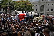 Panamá, 30 de septiembre.- El ex presidente de Panamá, Guillermo Endara (1989-1994), quien falleció el lunes 28 de Septiembre a los 73 años de edad, recibió hoy un funeral de Estado, con una misa solemne en la Catedral Metropolitana y un recorrido por las calles de la ciudad de Panamá hacia el lugar donde reposarán sus restos..Endara, nacido el 12 de mayo de 1936, murió un paro cardíaco, gobernó Panamá entre 1989 y 1994, luego de la invasión estadunidense que derrocó el 20 de diciembre de 1989 al ex hombre fuerte Manuel Antonio Noriega, a quien combatió en ese año..(Ramon Lepage / Istmophoto).