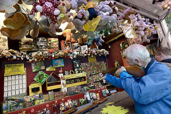 Nederland, Wijchen, 22-9-2013De jaarlijkse kermis. Er kunnen weer veel knuffels gewonnen worden bij de schiettent en andere spelletjeskramen.Foto: Flip Franssen/Hollandse Hoogte