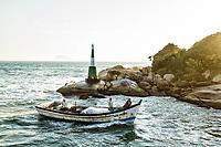 Barco de pesca entrasndo no Canal da Barra da Lagoa. Florianópolis, Santa Catarina, Brasil. / Fishing boat entering Barra da Lagoa Canal. Florianopolis, Santa Catarina, Brazil.
