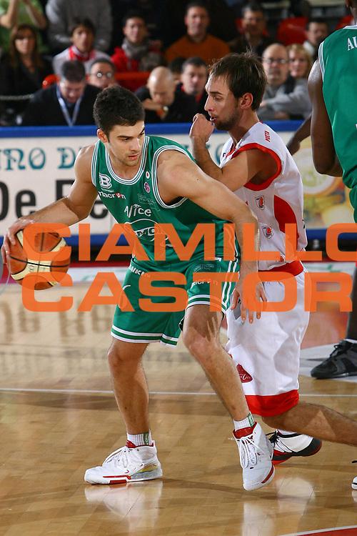 DESCRIZIONE : Teramo Lega A1 2007-08 Siviglia Wear Teramo Benetton Treviso <br /> GIOCATORE : Engin Atsur <br /> SQUADRA : Benetton Treviso <br /> EVENTO : Campionato Lega A1 2007-2008 <br /> GARA : Siviglia Wear Teramo Benetton Treviso <br /> DATA : 30/12/2007 <br /> CATEGORIA : Palleggio <br /> SPORT : Pallacanestro <br /> AUTORE : Agenzia Ciamillo-Castoria