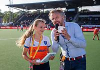 AMSTELVEEN -   Fan of the Match  (Ned)  met rechts Rutger Vermast en het boek de Berries  voor de halve finale  Nederland-Duitsland van de Pro League hockeywedstrijd dames. COPYRIGHT KOEN SUYK