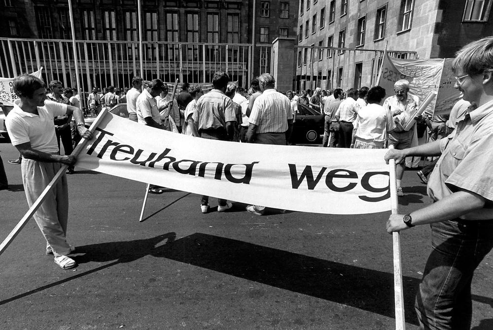 &copy;  christian  JUNGEBLODT.<br />DEUTSCHE EINHEIT _ TREUHANDANSTALT<br />Protestkundgebung von Betriebsr&auml;ten und Arbeitern<br />aus den neuen Bundesl&auml;ndern vor der Treuhandan-<br />stalt in der Wilhelmstra&szlig;e, Berlin 29.06.1992