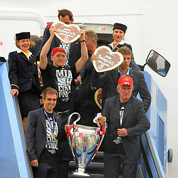 26.05.2013, Flughafen, Muenchen, GER, UEFA Champions League, Ankunft FC Bayern Muenchen, im Bild 26.05.2013, Flughafen, Muenchen, GER, UEFA Champions League, Ankunft FC Bayern Muenchen, im Bild Die Mannschaft des FC Bayern Muenchen bei der Ankunft am Flughafen Muenchen. Vorne Philipp LAHM (FC Bayern Muenchen), daneben Trainer Jupp HEYNCKES (FC Bayern Muenchen), hinten Bastian SCHWEINSTEIGER (FC Bayern Muenchen) // during arrival of FC Bayern Munich // after the UEFA Champions League final match at the Airport Munich, Germany on 2013/05/26. EXPA Pictures © 2013, PhotoCredit: EXPA/ Eibner/ Wolfgang Stuetzle..***** ATTENTION - OUT OF GER *****