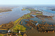 Nederland, Gelderland, Gemeente Maasdriel, 10-01-2011. .Heerewaarden bij hoogwater, waar Maas en Waal (voorgrond) elkaar bijna raken, gescheiden door een engte, kanaal en sluis van Sint Andries (oud fort)..Heerewaarden at high tide, where the river Maas (Meuse) and Waal (foreground) almost touch, divided bij a isthmus, the canal and lock of St. Andries and an old fortress. ..luchtfoto (toeslag), aerial photo (additional fee required).foto/photo Siebe Swart