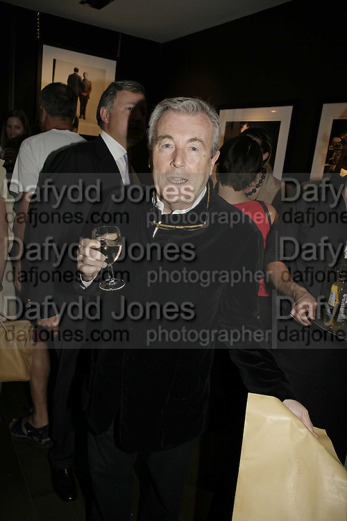 Terry  O'Neill. EXHIBITION OPENING OF PHOTOS BY DAVID MONTGOMERY. - 'Shutterbug' Scream Gallery. Bruton St. London. 13 July 2006. ONE TIME USE ONLY - DO NOT ARCHIVE  © Copyright Photograph by Dafydd Jones 66 Stockwell Park Rd. London SW9 0DA Tel 020 7733 0108 www.dafjones.com