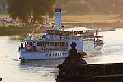 Schloss Pillnitz an der Elbe, Dampfer, Sonnenuntergang, Dresden, Sachsen, Deutschland.|.Pillnitz Castle on river Elbe, steamer, sunset, Dresden, Germany