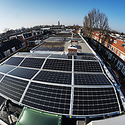 Nederland, Utrecht, 13-02-2015 Zonnepanelen op een dak van een rijtjes huis uit 1928 in de wijk Oudwijk.  Een zonnepaneel of fotovoltaïsch paneel, kortweg pv-paneel is een paneel dat zonne-energie omzet in elektriciteit.  FOTO: GerardTil / Hollandse Hoogte
