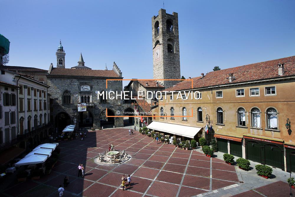Bergamo i luoghi della cultura , Palazzo della Ragione e Torre civica nella piazza vecchia di Bergamo alta